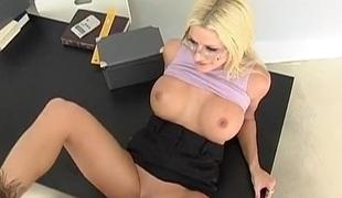 blonde hardcore milf store pupper pornostjerne sædsprut facial kontor