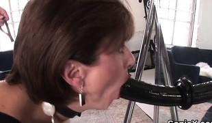 brunette store pupper leketøy moden femdom
