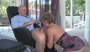 A hot mom and daughter are sucking large dick in a 3some