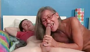 amatør milf blowjob sædsprut briller sucking