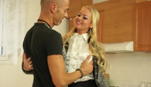 blonde langt hår hardcore pornostjerne blowjob leketøy fitte vibrator thong strømpebukse