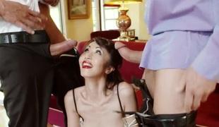 anal hardcore dobbel penetrasjon blowjob lingerie strømper sædsprut trekant asiatisk japansk