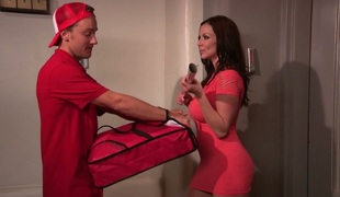 Fortunate pizza delivery guy copulates busty MILF Kendra Lust
