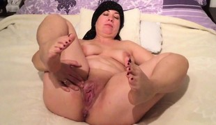 Overweight MILF rubbing her concupiscent snatch