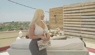 Bootyful MILF Blondie Fesser copulates passionately outdoor