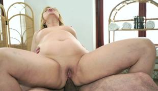 Tricky masseur screws foxy granny in her anal opening
