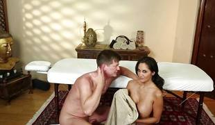 brunette milf store pupper blowjob sædsprut massasje barmfager olje sucking