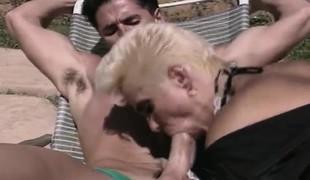 blonde gangbang utendørs blowjob trekant moden