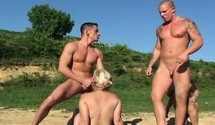 blonde utendørs blowjob gruppesex