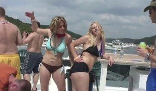 virkelighet naturlige pupper utendørs fest bikini